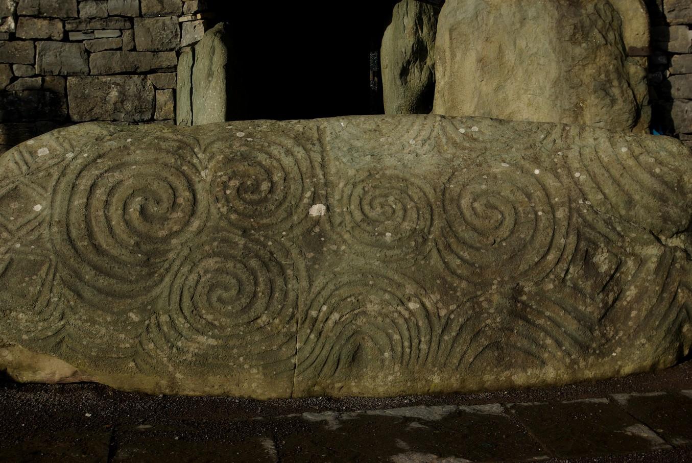 Newgrange, karbowany kamień