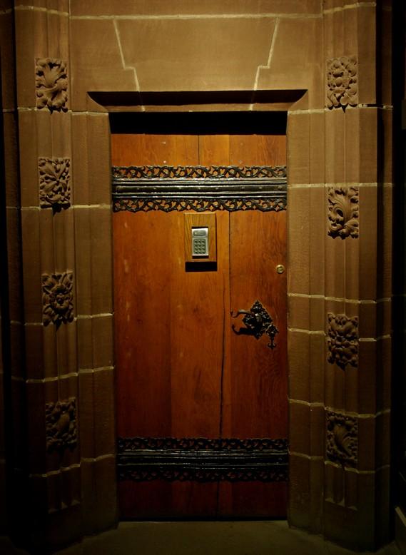 Drzwi wewnątrz katedry, Liverpool